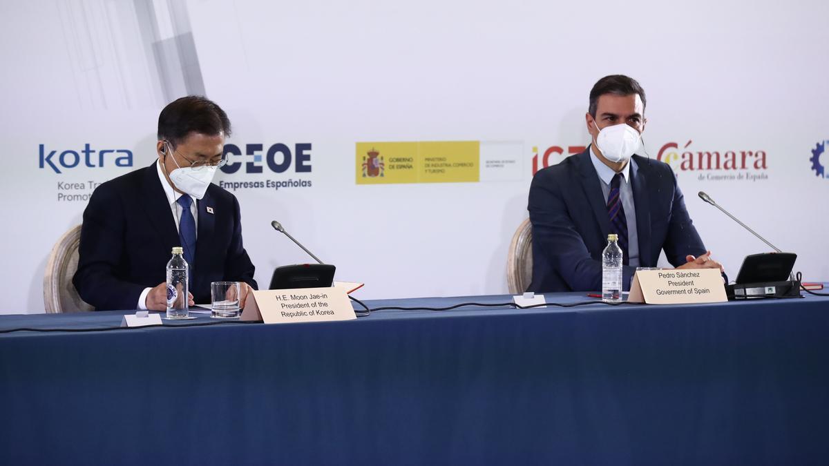 El president del govern espanyol, Pedro Sánchez, amb el president sudcoreà, Moon Jae-in, en la inauguració del fòrum Espanya-Corea a la Cambra de Comerç espanyola.