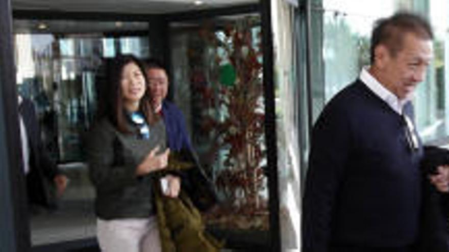 Peter Lim come con los dueños del IVI en Valencia