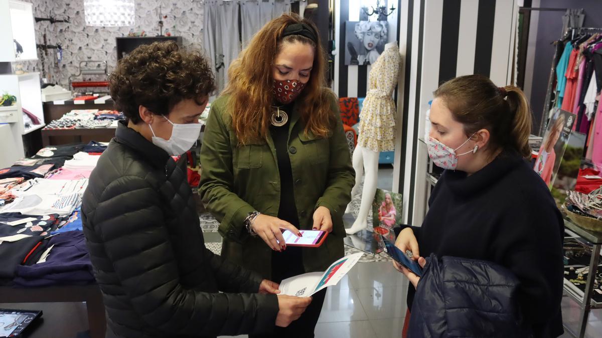 La alcaldesa, Carmina Ballester (i), ha visitado este martes uno de los negocios adheridos a la campaña, junto a la concejala María Baila.