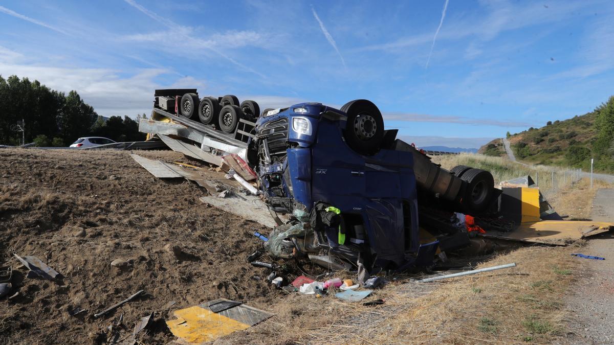 Camión accidentado esta madrugada en León.