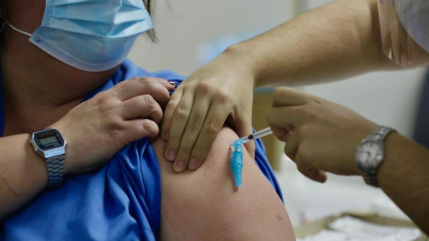 Así arranca la vacunación de sanitarios que trabajan en 'primera línea covid'