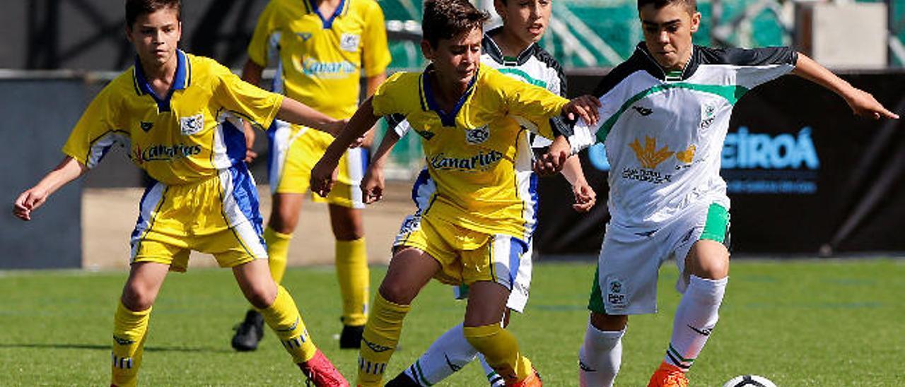 Imagen del primer partido contra Extremadura, en el que Carlos presiona a un adversario.
