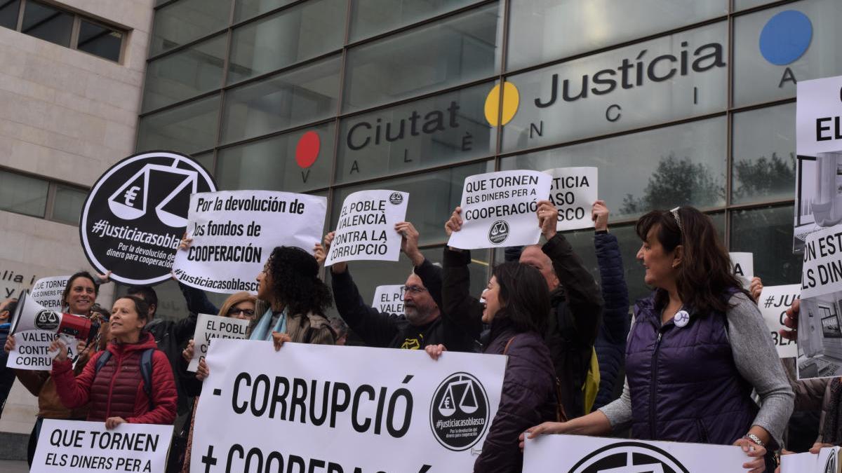 Concentración a las puertas de la Ciudad de la Justicia de afectados por el caso Cooperación.