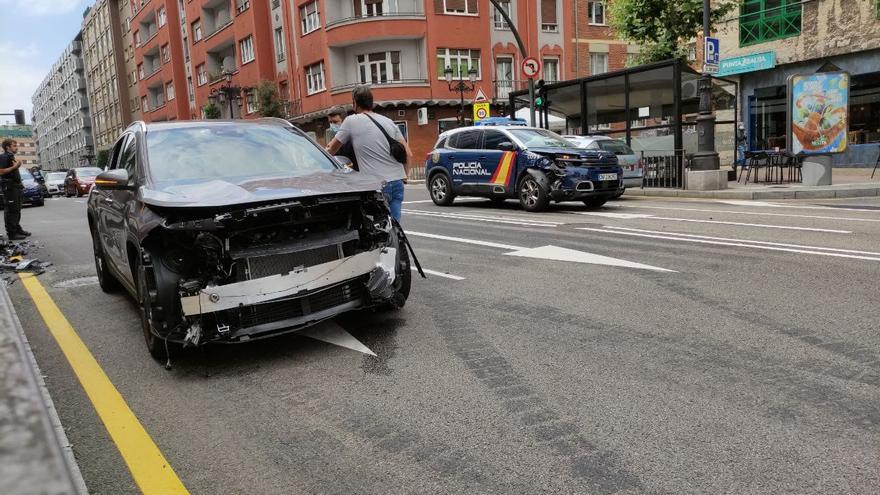 Un coche patrulla de la Policía Nacional colisiona con un turismo