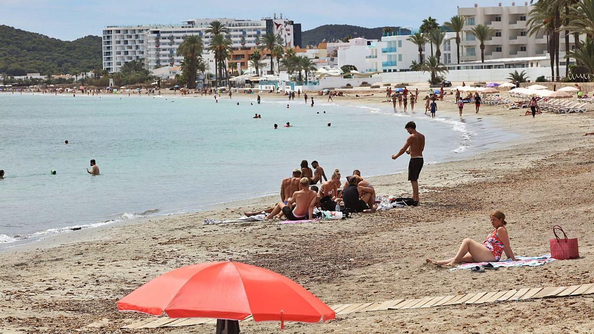 Turistas en agosto del año pasado en Platja d'en Bossa. | VICENT MARÍ