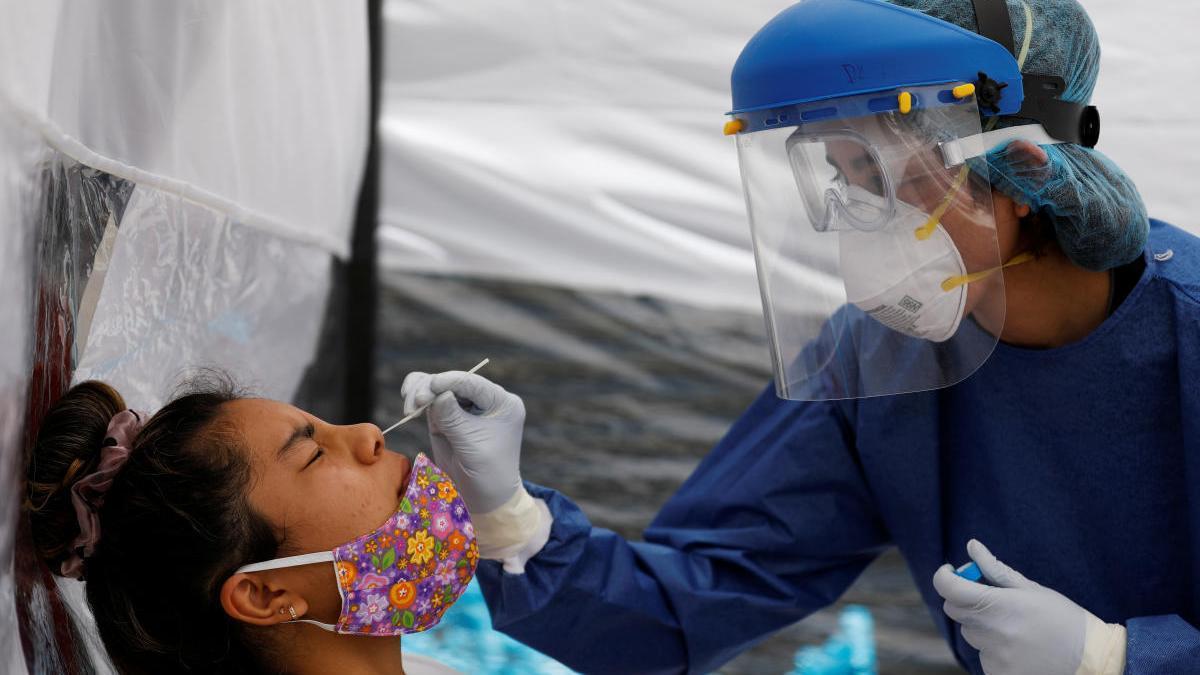 Una sanitaria toma muestras a una mujer en México.