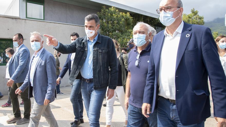 Sánchez visita el puesto de mando avanzado y la zona afectada por el volcán