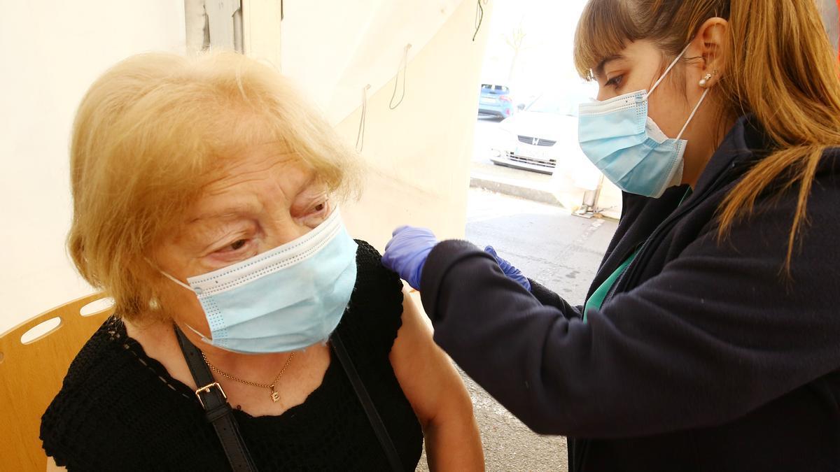 Una mujer recibe la vacuna contra el COVID en El Bierzo.