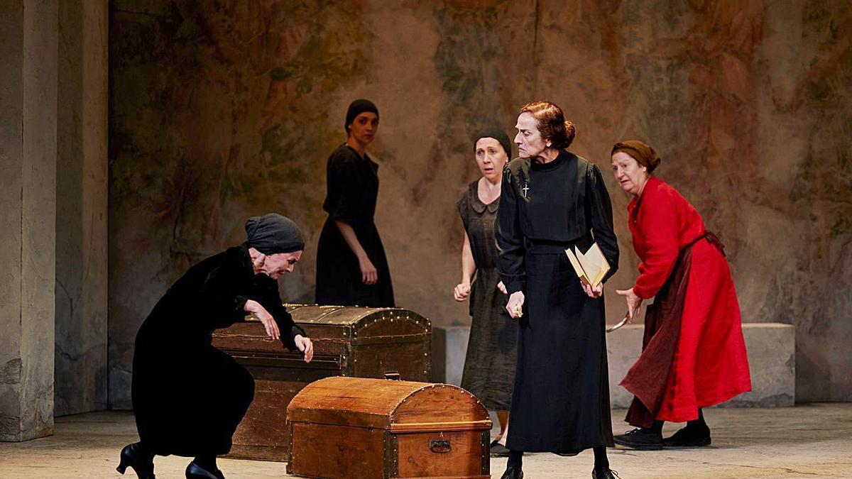 Una escena de 'La casa de Bernarda Alba', dirigida por José Carlos Plaza.