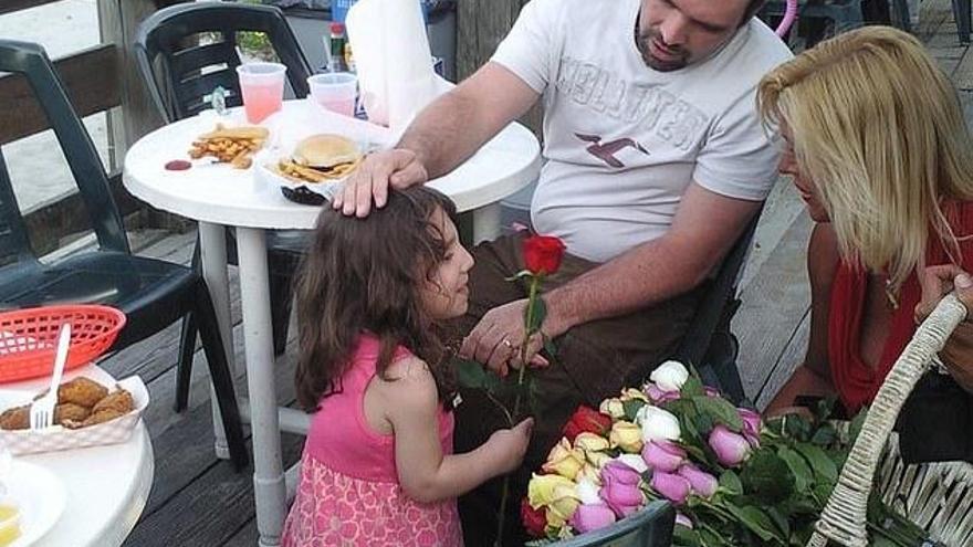 Adoptan a una niña y descubren que es una adulta con enanismo cuando intentó matarlos