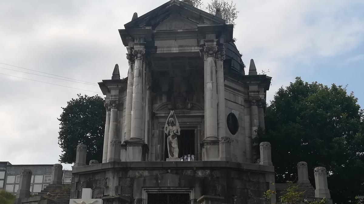 Vista del panteón de Concha Heres, en el cementerio de Grado