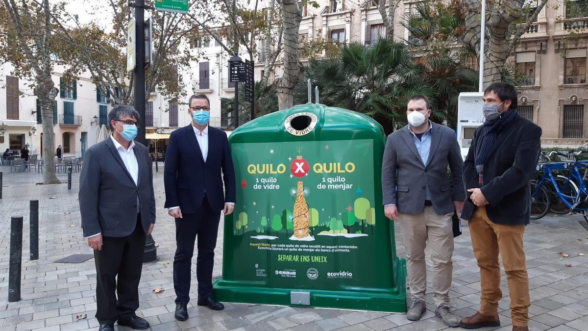Uno de los contenedores de la campaña instalado en la plaza de Santa Eulàlia.