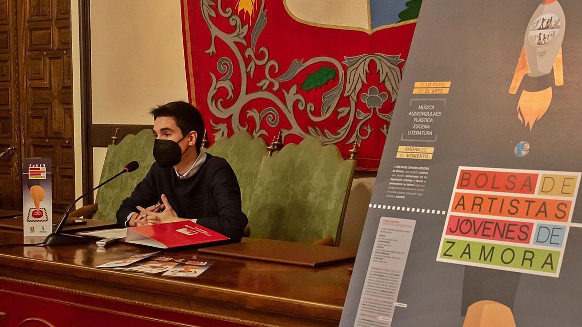 El concejal de Juventud y Fiestas, Sergio López, presenta la Bolsa de Artistas Jóvenes de Zamora.