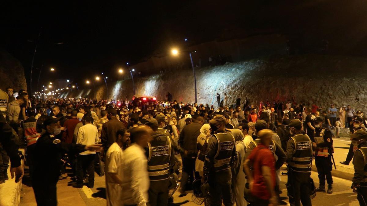 óvenes marroquíes esperan el momento de cruzar la frontera, por tierra o agua, este lunes en la localidad de Castillejos. en Marruecos.