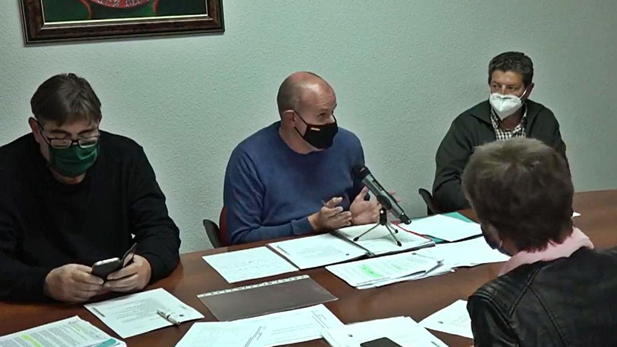 Pleno municipal del Ayuntamiento de Roales. En el centro, el alcalde, David García. | L. O. Z.