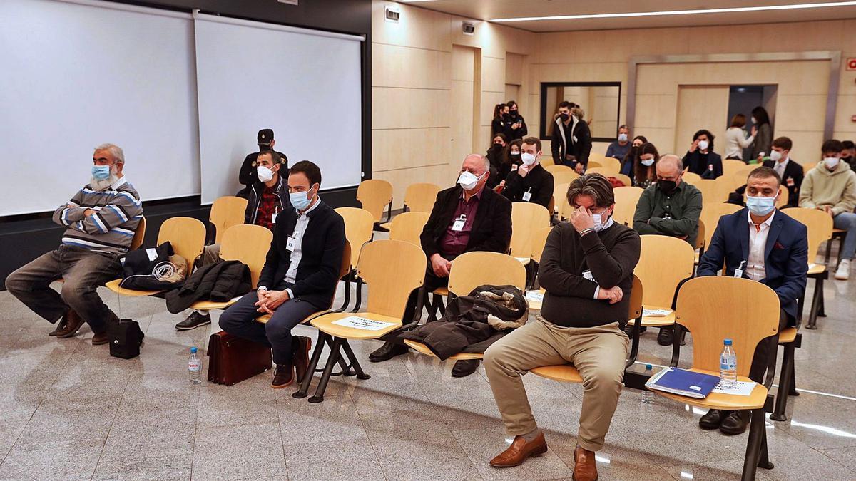 El presunto jefe de la red, sentado a la derecha en la primera fila, ayer junto al resto de acusados en la Audiencia Nacional.