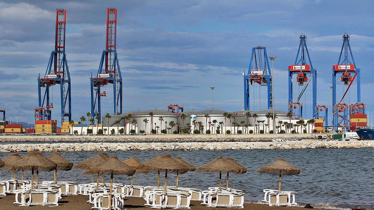 Las grúas de contenedores del puerto de Málaga.