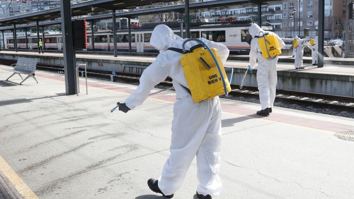 Trabajos de desinfección en una estación de tren de Vigo. // R. Grobas