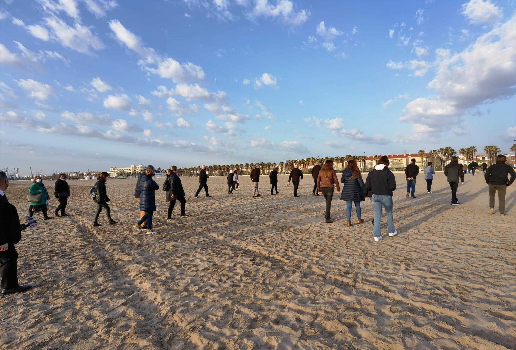 La hermandad del Cristo del Salvador acude a rezar a la playa de El Cabanyal