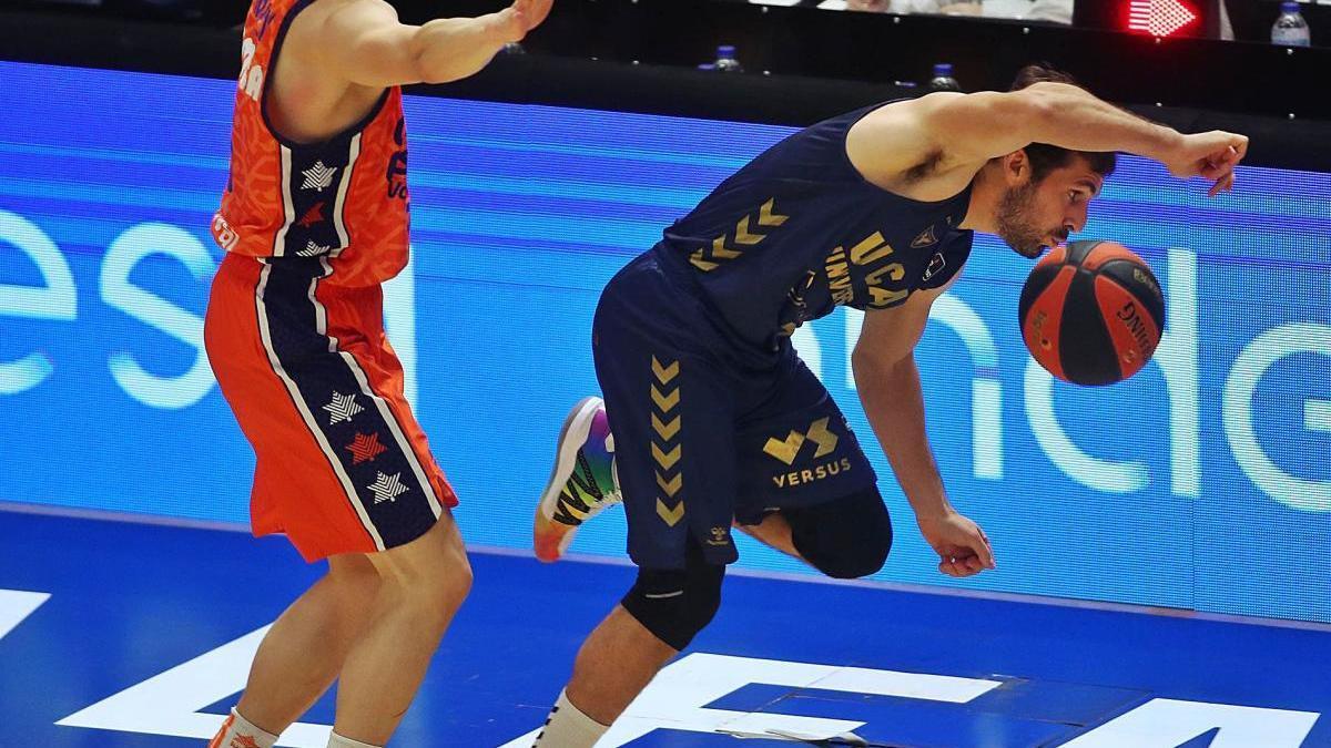 El universitario Tomás Bellas, ayer, peleando por un balón ante Prepelic, jugador del Valencia Basket.