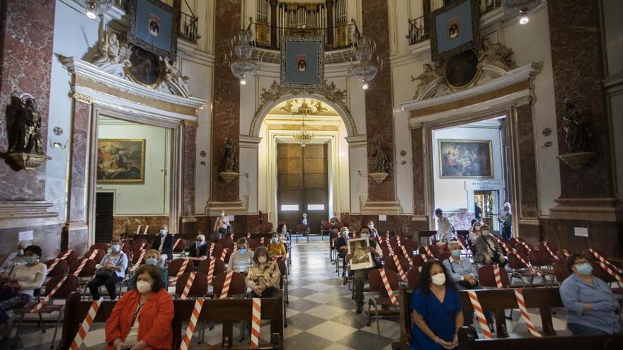 La Basílica instala pantallas de metacrilato en el altar para oficiar misa sin mascarilla