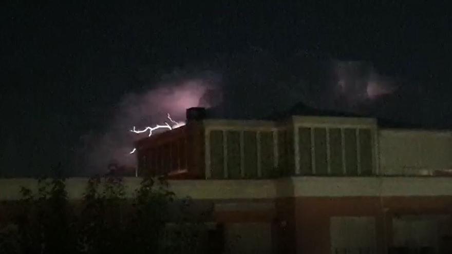 Una impresionante tormenta eléctrica ilumina el cielo nocturno en San Juan