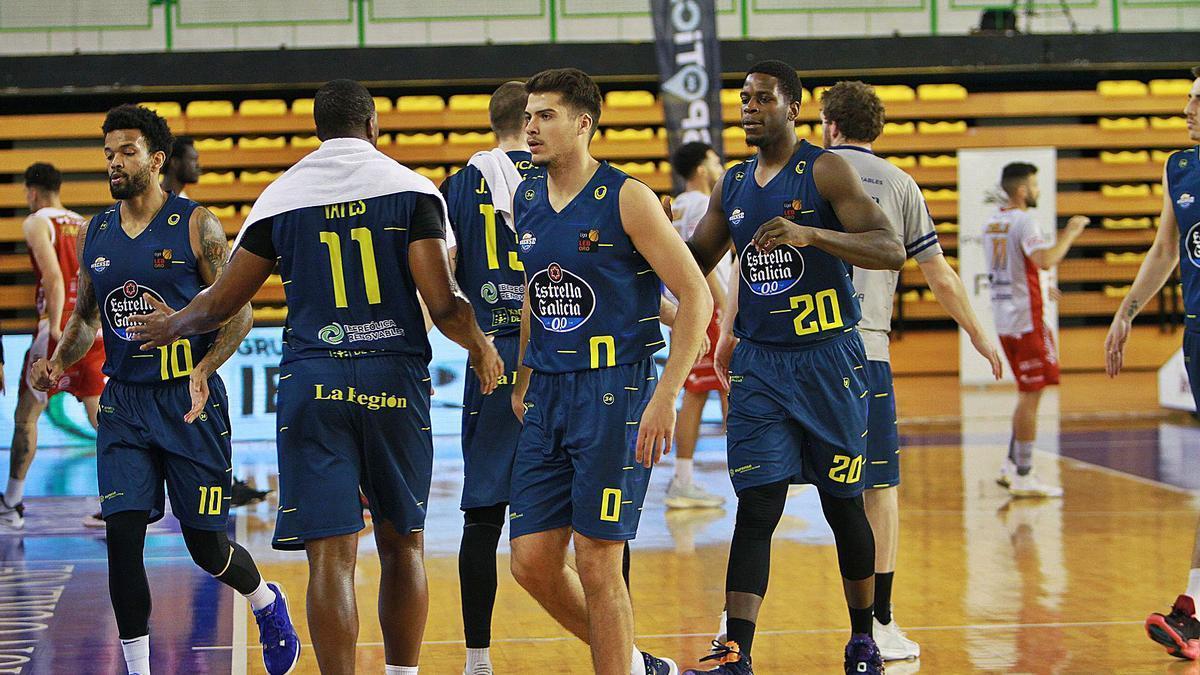 La plantilla del Club Ourense Baloncesto en la cancha del Paco Paz el domingo. |  // IÑAKI OSORIO