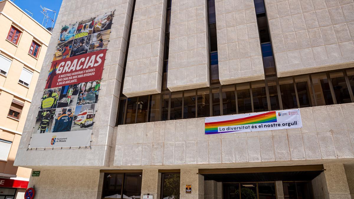 «La diversitat és el nostre orgull» luce en el Centro Cultural Carmen Alborch de Mislata.