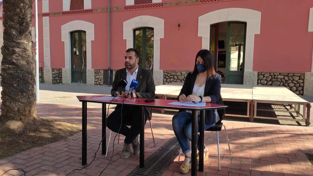 El vicealcalde Quim Ayats i la regidora de Joventut, Annabel Moya, avui, presentant el pla de joventut