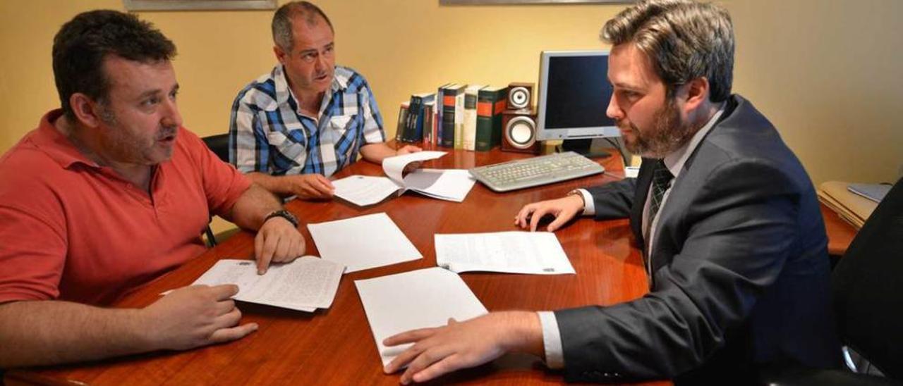 Melchor Riol e Imanol Barquín, demandantes por cláusulas suelo abusivas, con su abogado, Claudio Alabau.