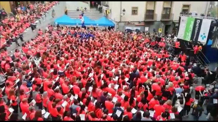 La macrocantada solidària pel càncer omple la plaça de Sant Pere de Berga