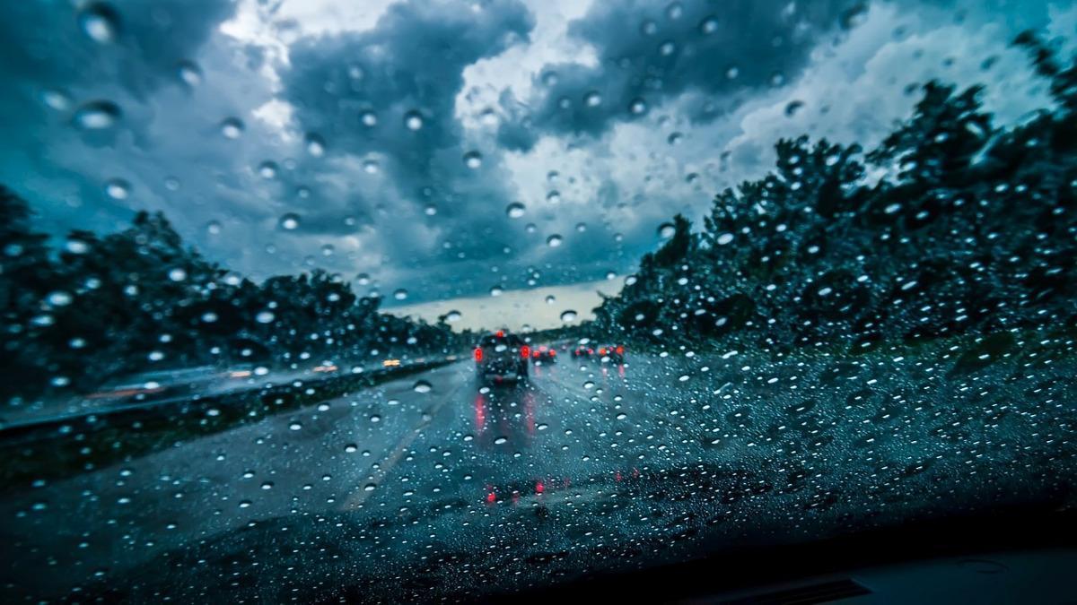 Cómo conducir durante una tormenta o lluvia intensa en verano