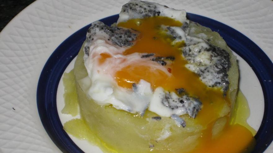 Huevo poché perfumado y trufado, roto sobre parmentier al aceite de trufa