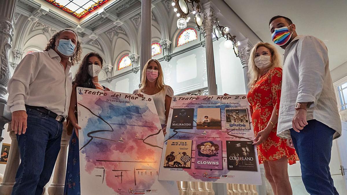 Los responsables del festival 'Teatro del Mar' posan con el cartel y la programación.   AYTO. CARTAGENA