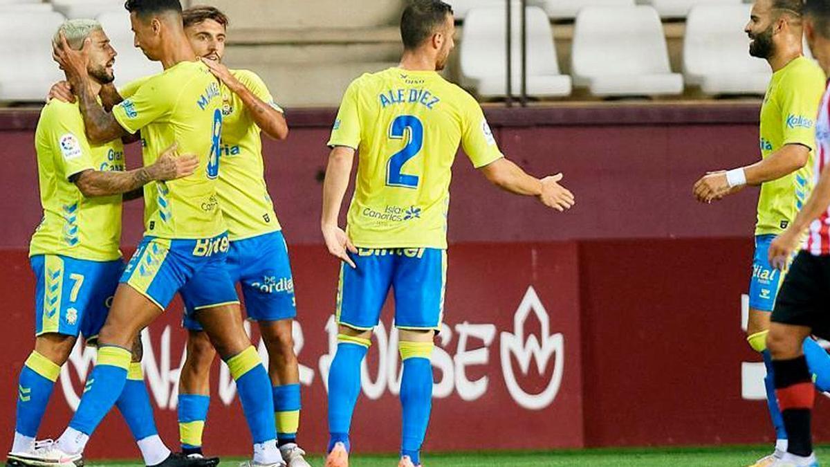 Los jugadores de la UD Las Palmas celebran su victoria ante el Logroñés