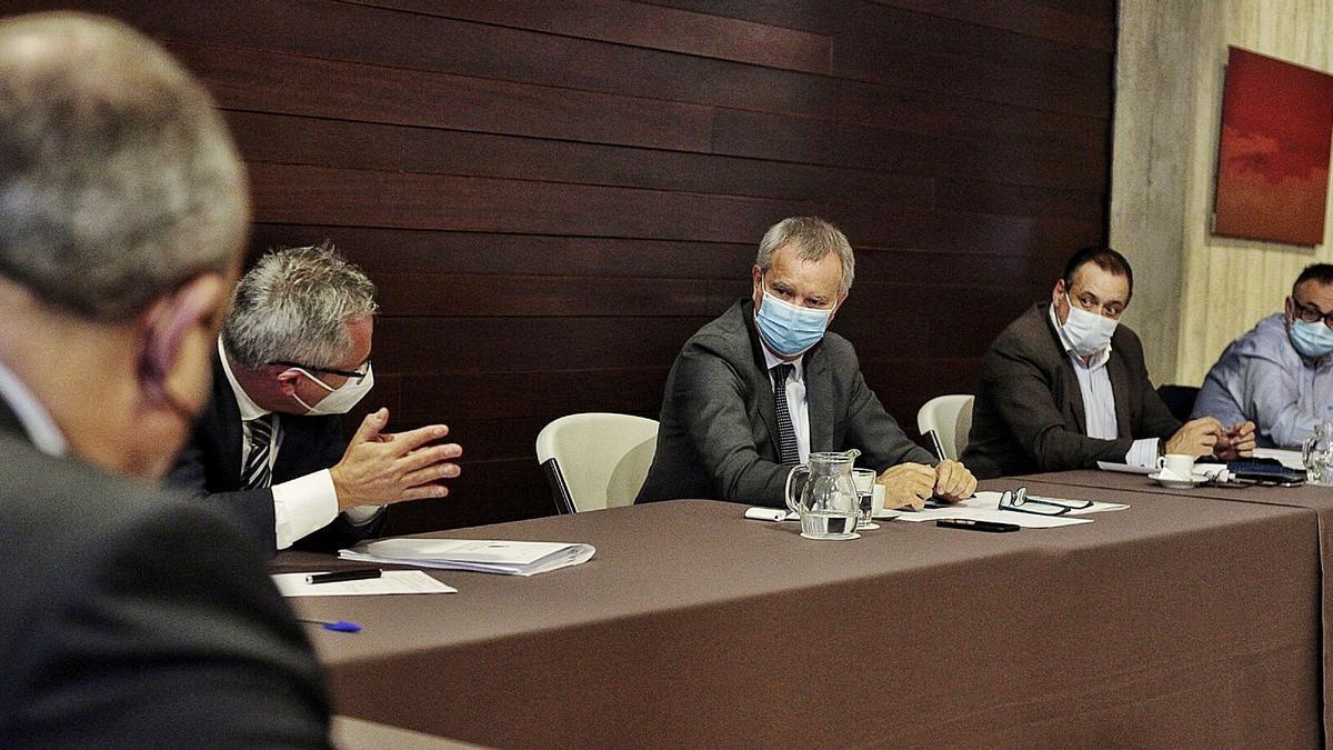 El consejero de Transportes, Sebastián Franquis, el consejero de Sanidad, Blas Trujillo y el director del Servicio Canario de la Salud, Conrado Domínguez | | MARÍA PISACA
