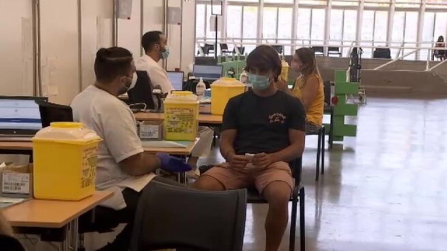 Canarias hace un llamamiento a los jóvenes mayores de 18 años para que acudan a vacunarse