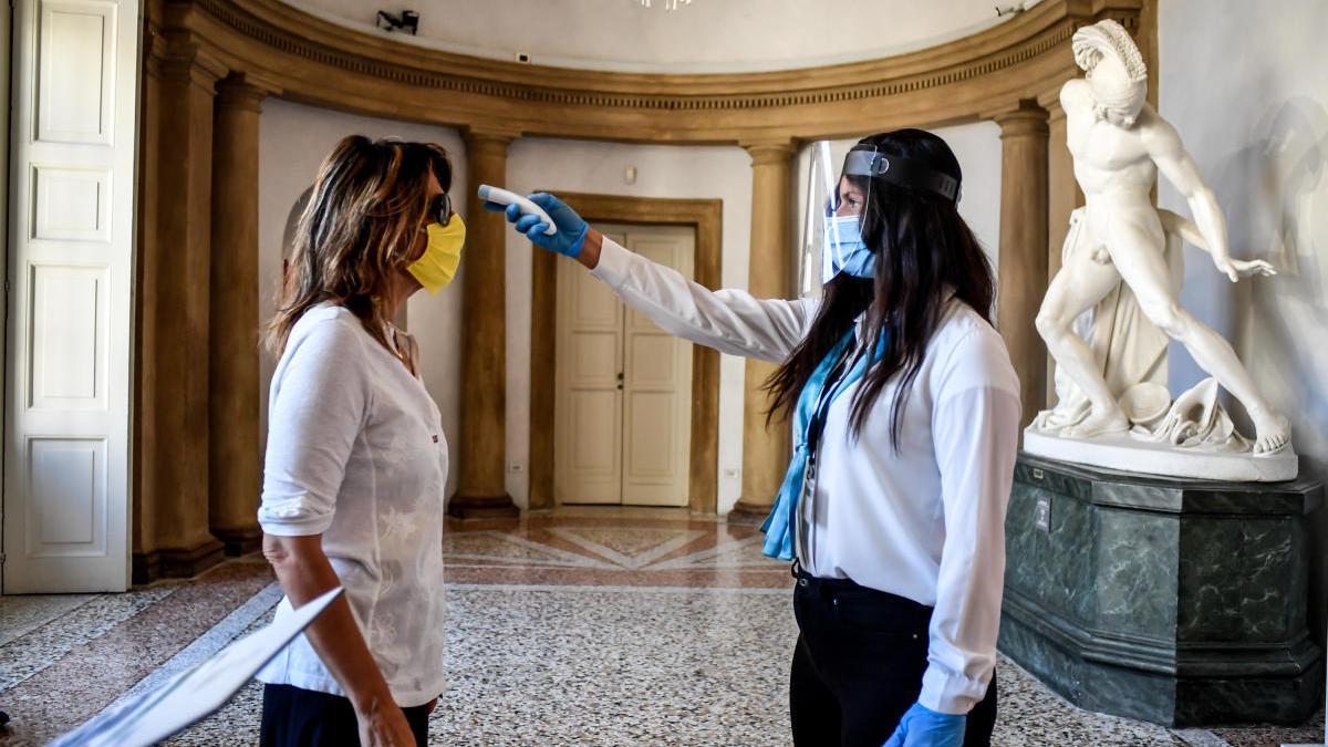 Una treballadora fa un control de temperatura en un museu