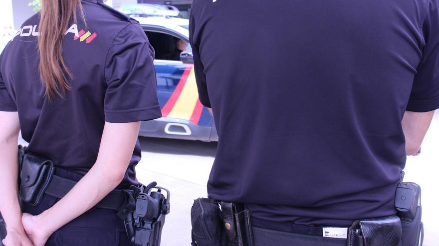 La Policía Nacional socorre a un hombre al que le estaba dando un infarto en plena calle en Xàtiva