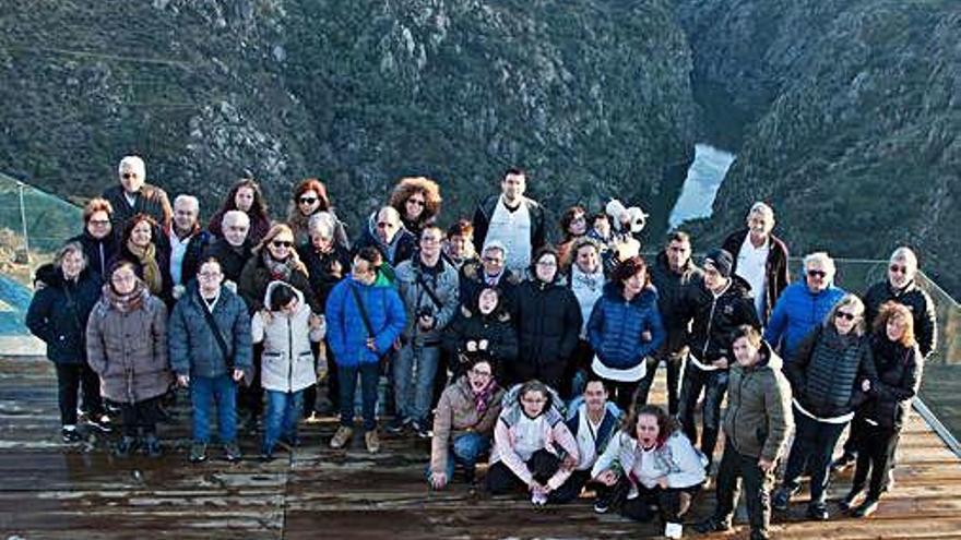 Miembros y familiares de la asociación durante su visita a Miranda de Duero.