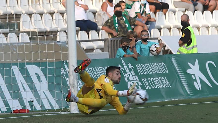 Sebas Gil, portero del Don Benito, para el penalti lanzado por Willy Ledesma