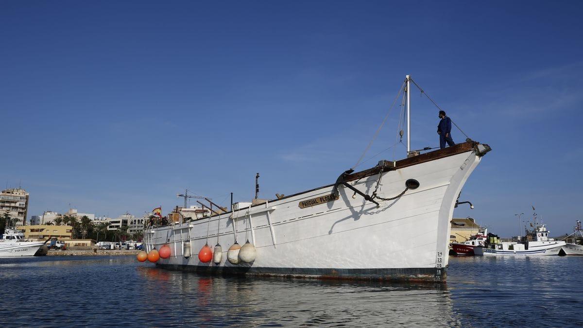 Imagen de la salida del Pascual Flores con destino a Punta Umbría donde será reparado