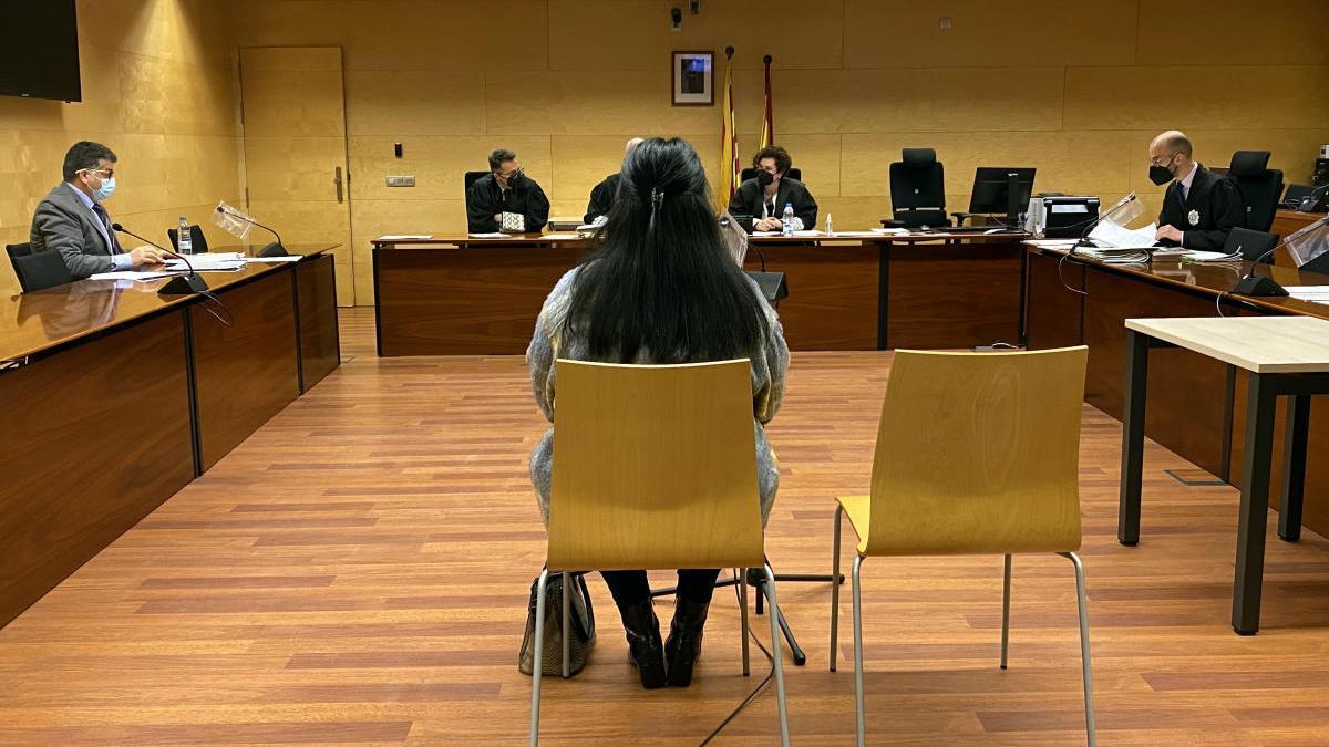 La cuidadora acusada d'estafar una veïna de Girona, el dia del judici a l'Audiència de Girona