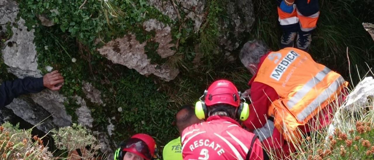 Herido grave un hombre que cayó en una grieta en Campa Gües, en Laviana