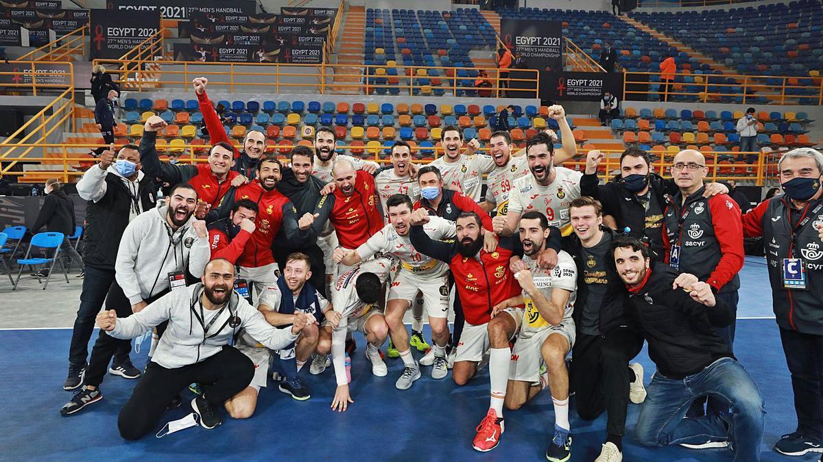 Los Hispanos celebran su pase a las semifinales, ayer en Egipto.  | EFE/KHALED ELQIFI