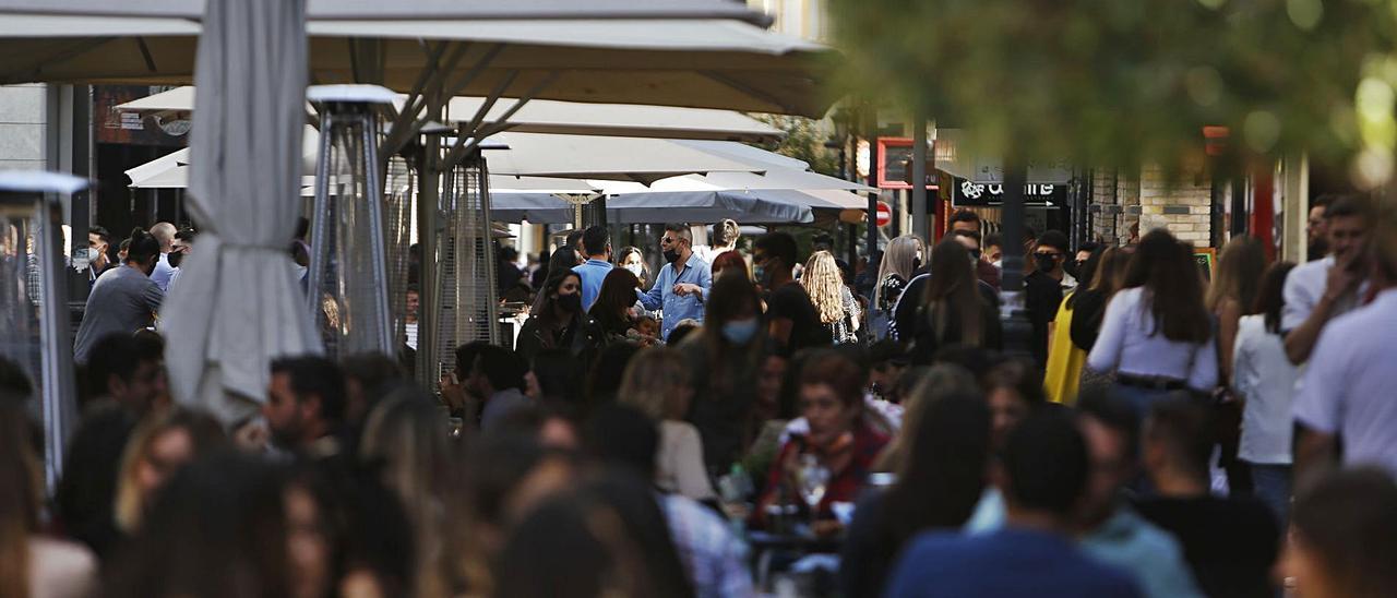 Terrazas llenas de gente en una zona de ocio de Alicante.   JOSE NAVARRO