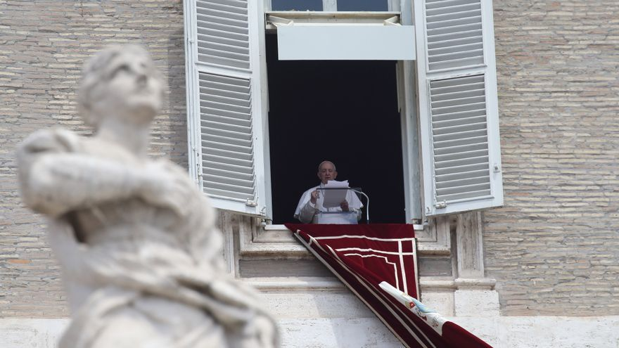 """El Papa permanecerá ingresado """"unos días más"""" tras su operación de colon"""