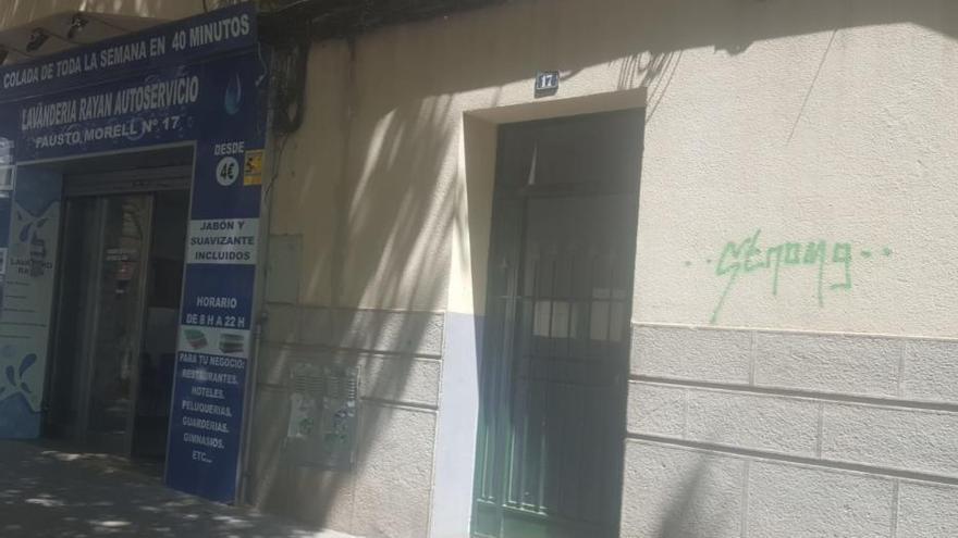 Una niña de dos años, herida al caer de una tercera planta en un 'piso patera' de Palma