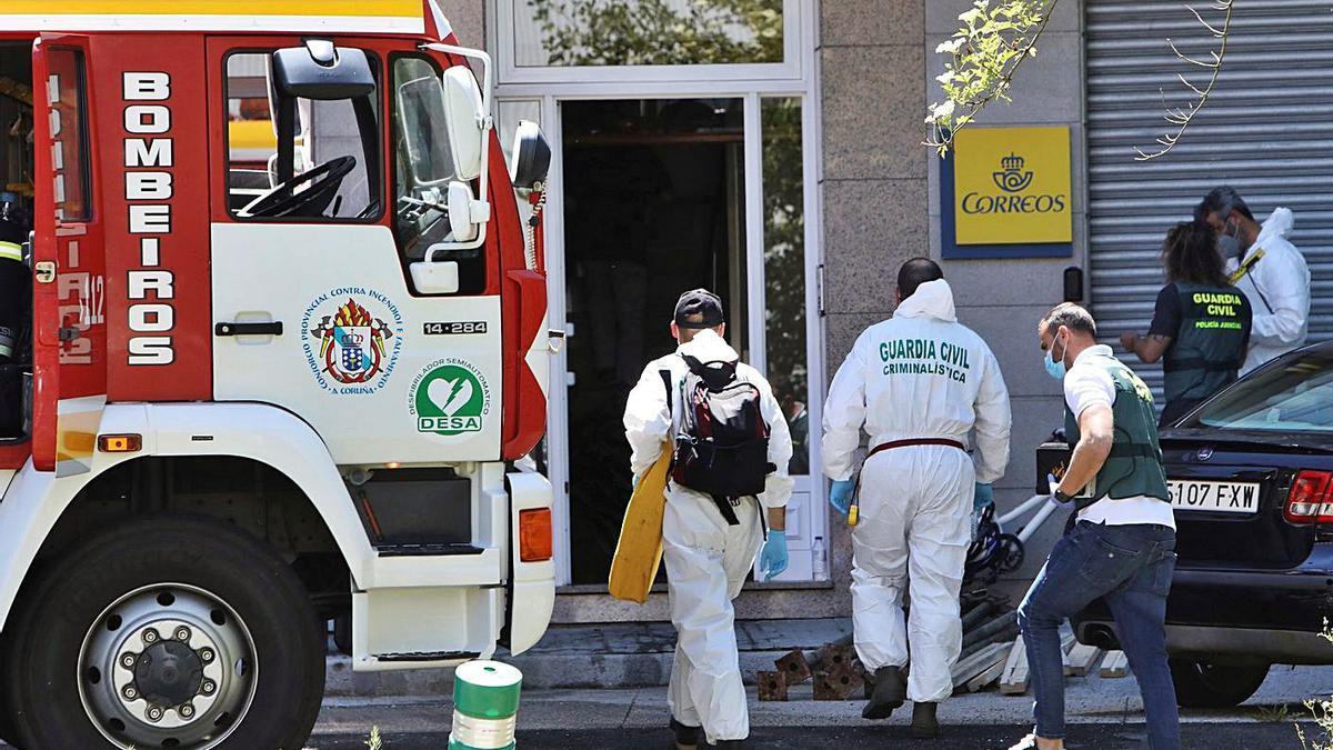 Agentes de la Guardia Civil acceden a la vivienda para investigar las causas del incendio.     // XOÁN REY