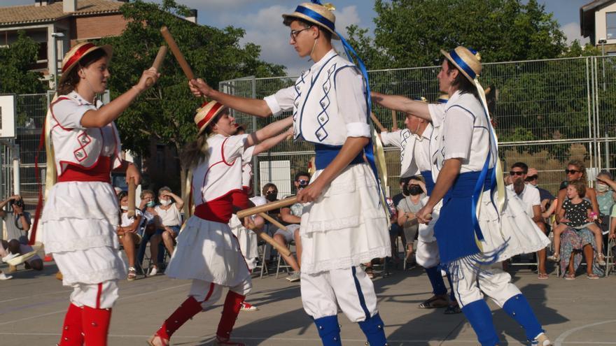 La mostra de cultura popular s'exhibeix en les tradicionals danses de Moià